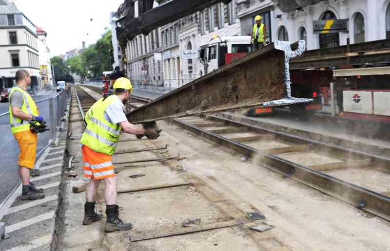 Bis zum Einbau der neuen Gleise sind mehrere Arbeitsschritte notwendig.