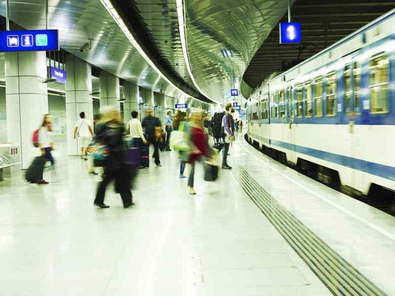 Mit der Schnellbahn geht es quer durch die Stadt und bis zum Flughafen. Foto: ÖBB/Philipp Horak