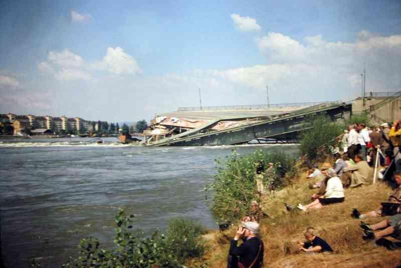 Schaulustige und Medien stürmen zum Donauufer um das Spektakel live mitzuerleben. Foto: Helmut Krcal CC BY-SA 3.0