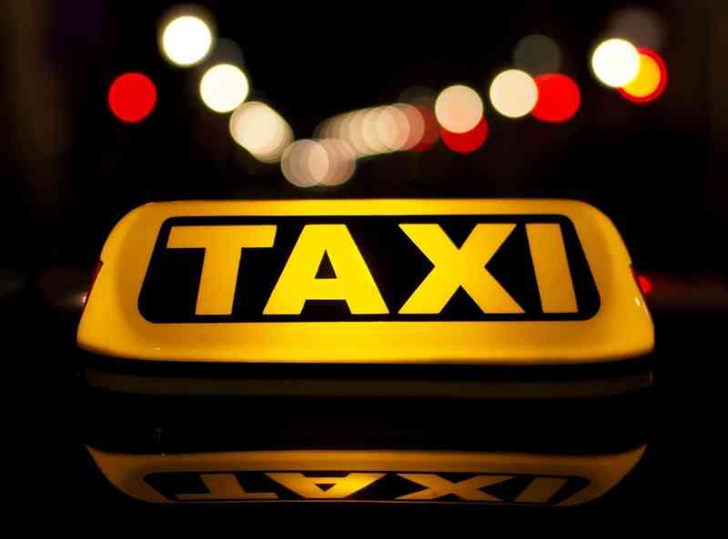 In der Nacht sind Taxis oft die schnellere Verbindung zum Flughafen – auf jeden Fall aber auch die teurere. Foto: Petar Milošević CC-BY-SA-3.0