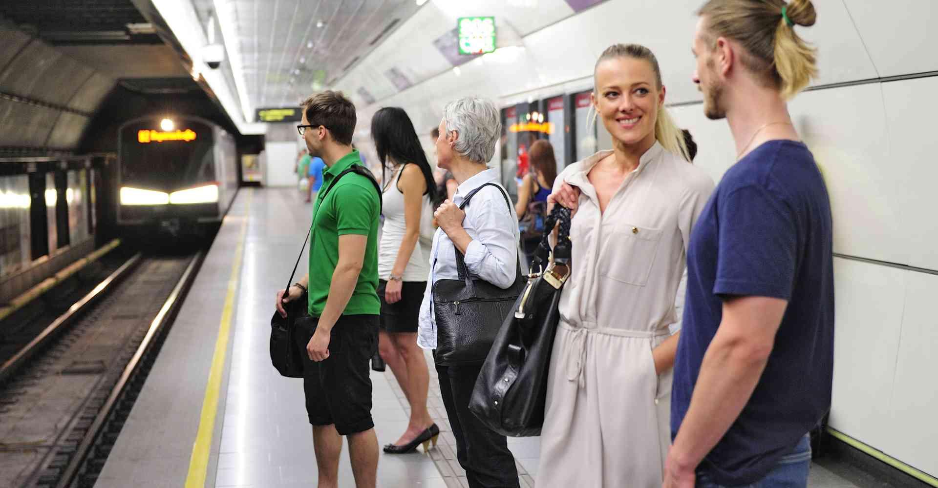 U2 Bahnsteig am Schottenring: Da die U-Bahn unter dem Donaukanal und damit besonders tief verläuft, wird der Bahnsteig in einer überhitzten Metropole zum Kältepol.