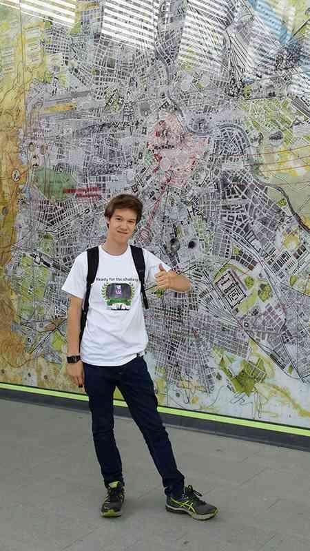"""Ein Selfie vor dem Kunstwerk """"Aspern Affairs"""" von Stephan Huber ging sich für Christoph leicht aus. Mehr Infos zu Kunstwerken im Wiener Linien-Netz finden Sie unter https://www.wienerlinien.at/kunst"""