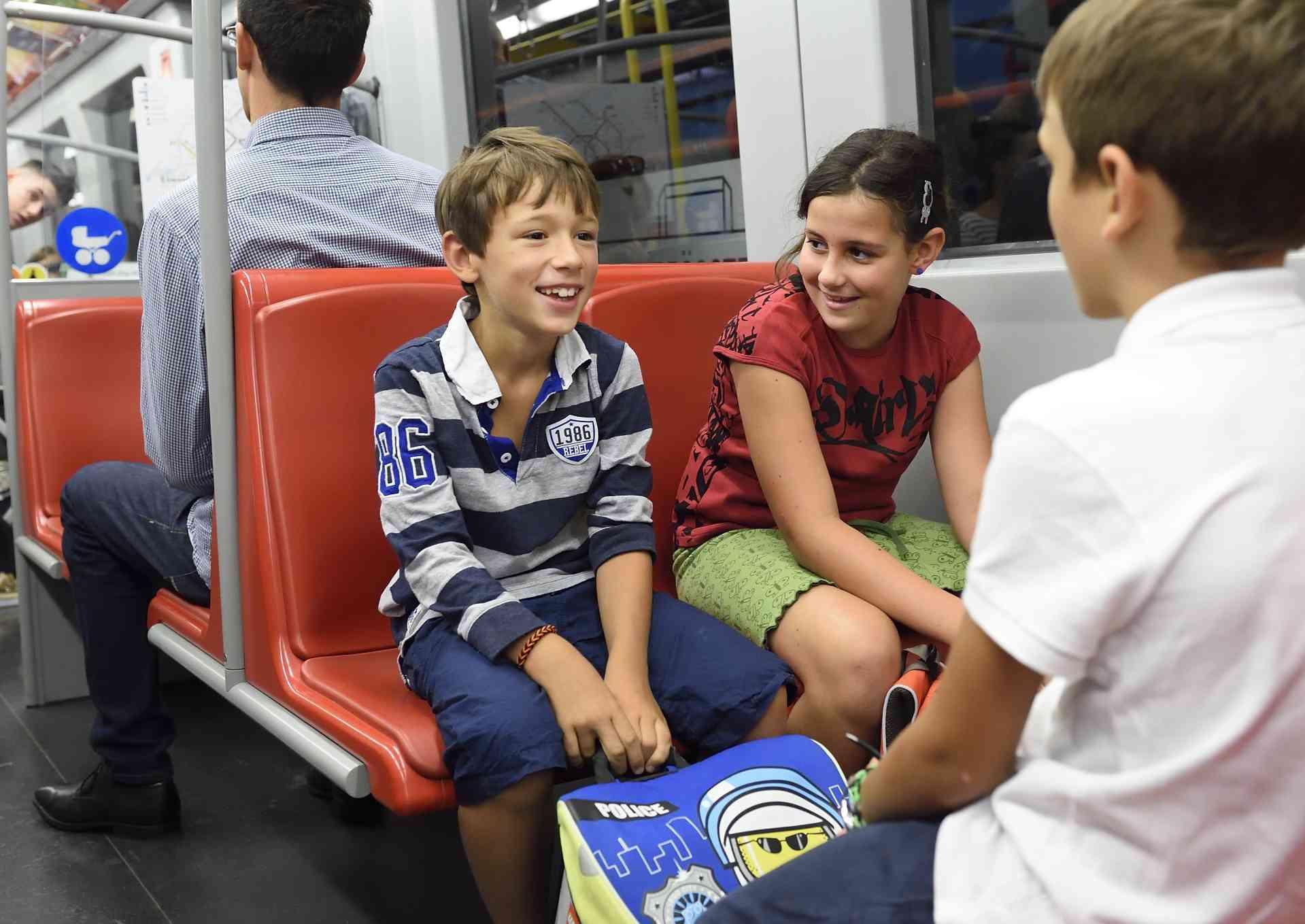 Wenn möglich sollen Kinder während der Fahrt sitzen. Sonst unbedingt die Haltestangen benutzen.