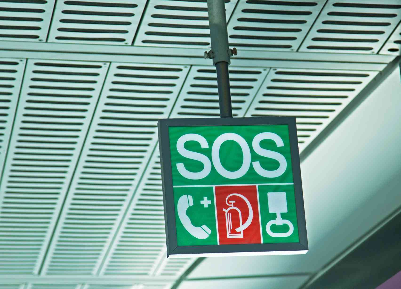 Der SOS-Würfel zeigt, wo sich die Sicherheitseinrichtungen befinden.