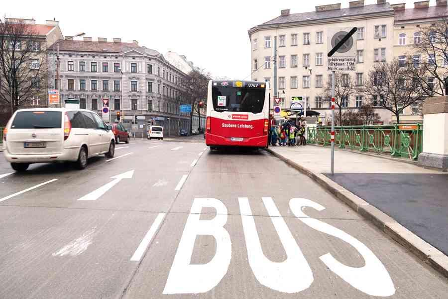Eine Busspur hilft unseren Fahrzeugen getrennt vom Individualverkehr zügiger voranzukommen.