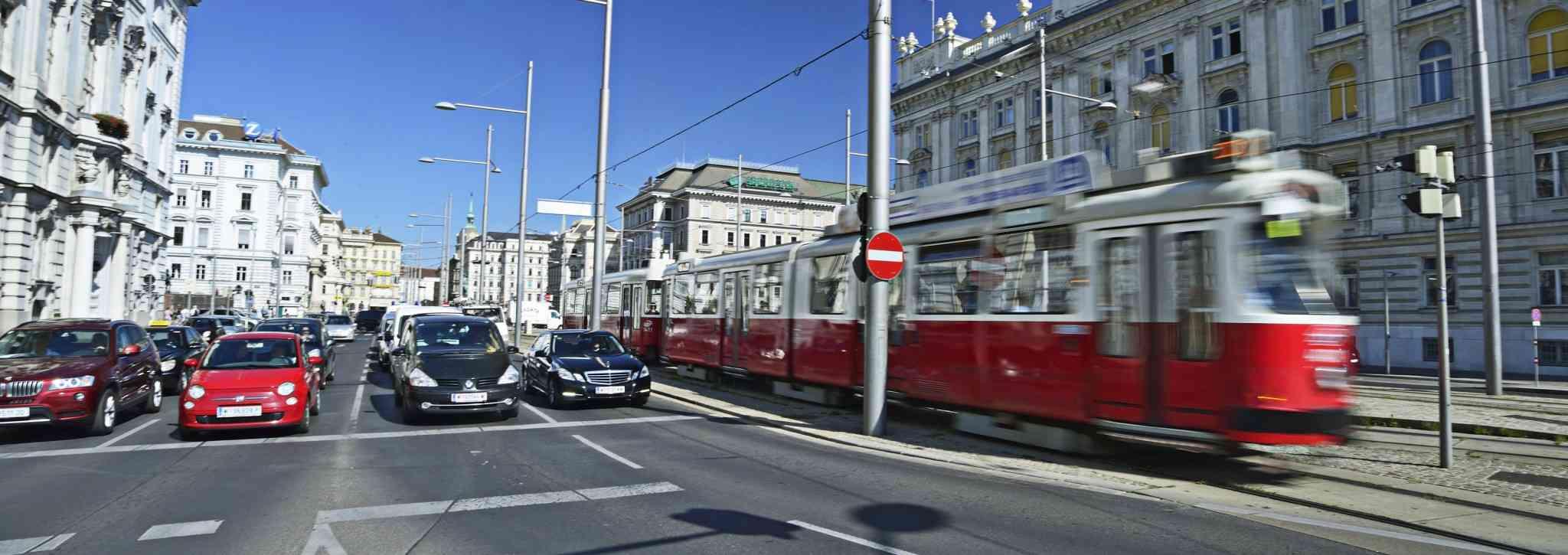 Öffis sind sehr flächeneffizient und nutzen den Platz in der Stadt besser als Autos.