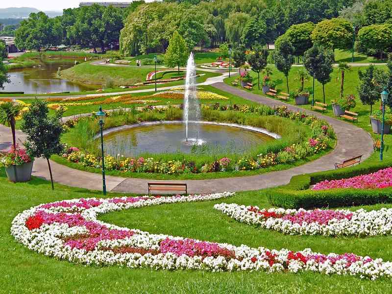 Der Kurpark Oberlaa lädt mit vielen Grünflächen zum Entspannen ein. (Foto: HeinzLW)