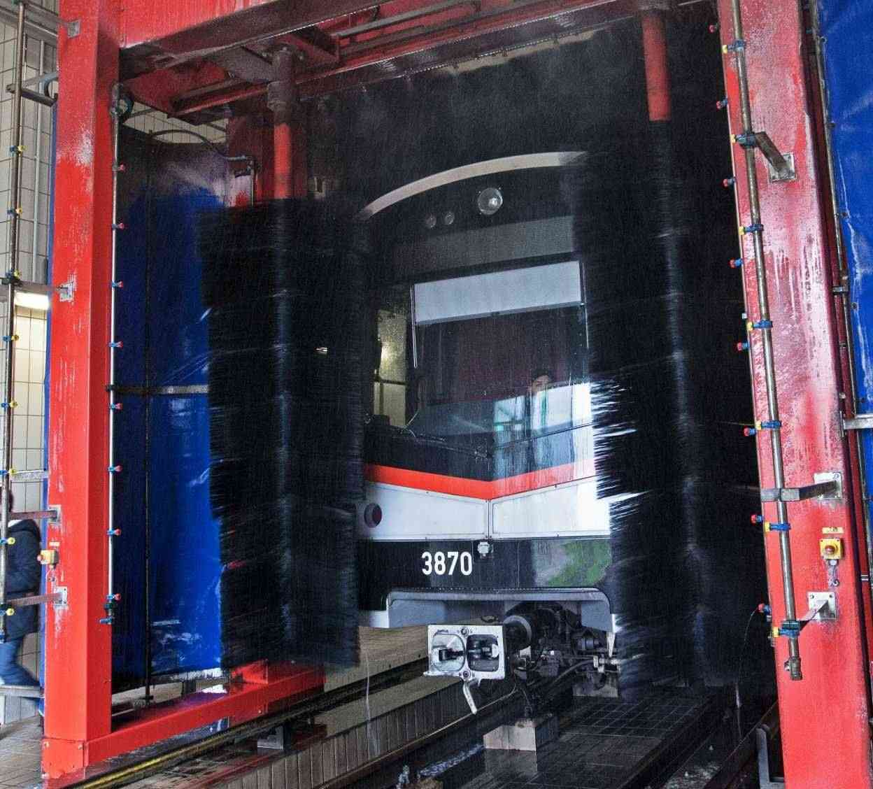 Große Bürsten säubern die U-Bahn-Züge.