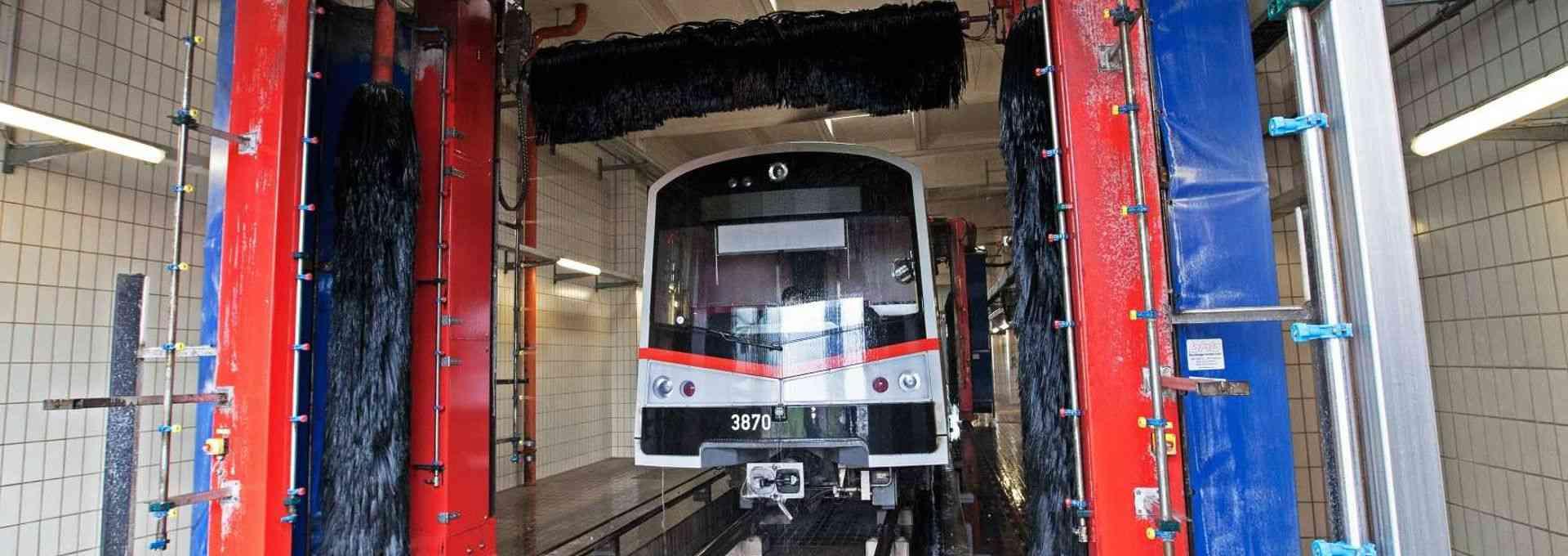 Nicht nur Autos müssen hin und wieder in die Waschanlage, auch unsere U-Bahn-Züge fahren etwa einmal im Monat durch die Waschstraße.
