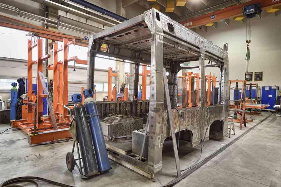 Der Wagenkasten des Flexity zu Beginn der Produktion.