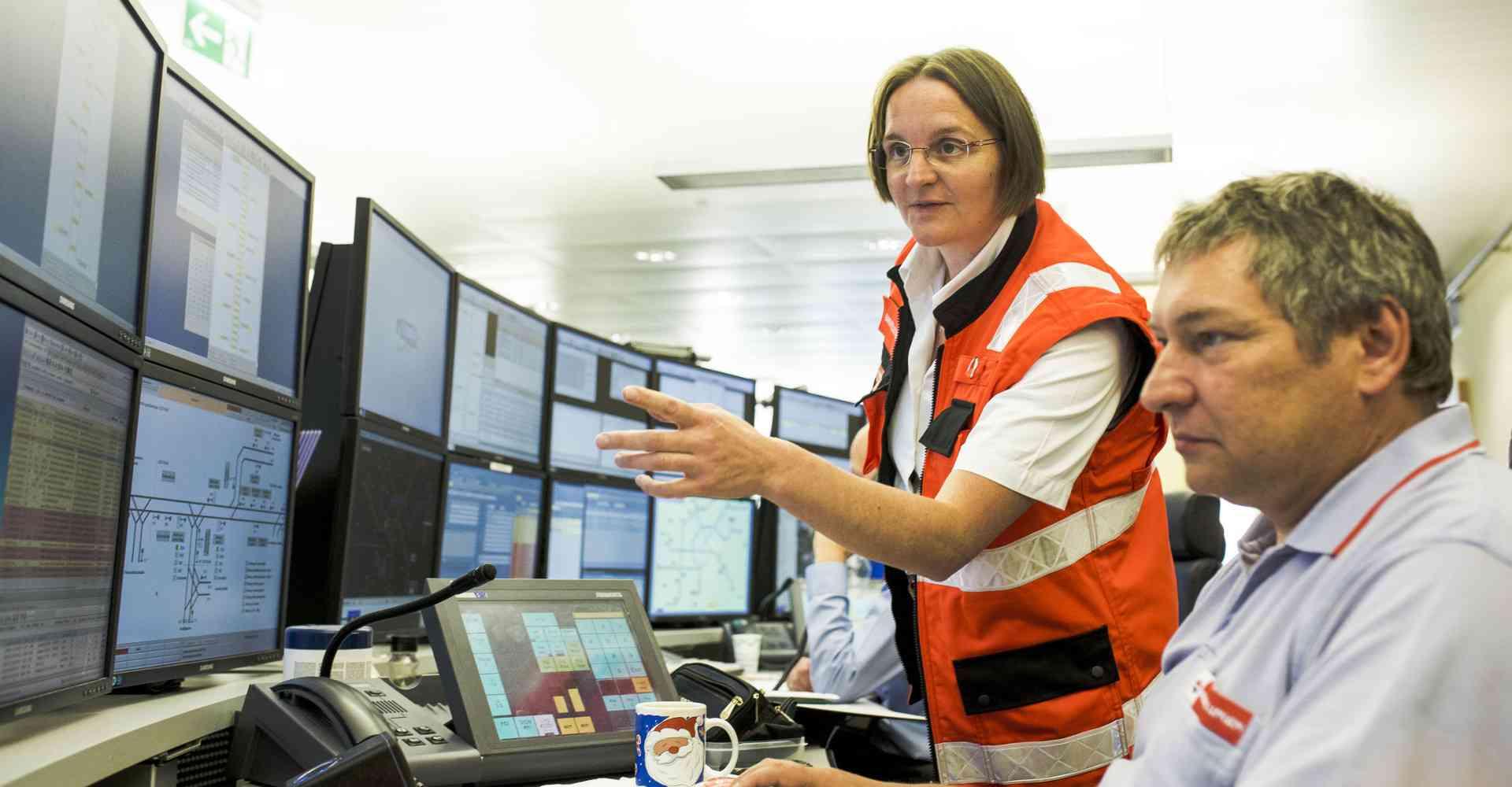 In der Leitstelle in Erdberg kommen die Funksprüche von Fahrern an, die eine Störung auf ihrer Strecke melden.