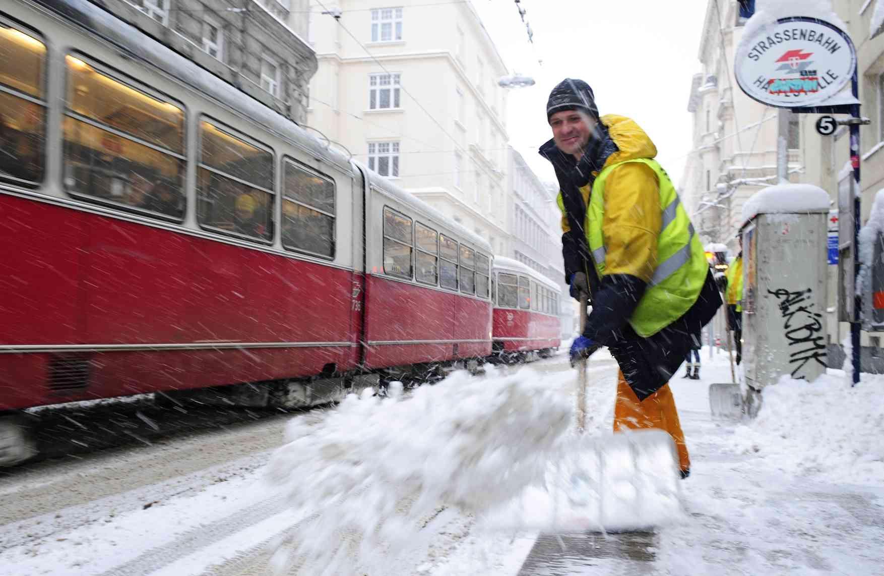 Die Schneeräumung wird von eigenem Personal oder Privatfirmen erledigt.
