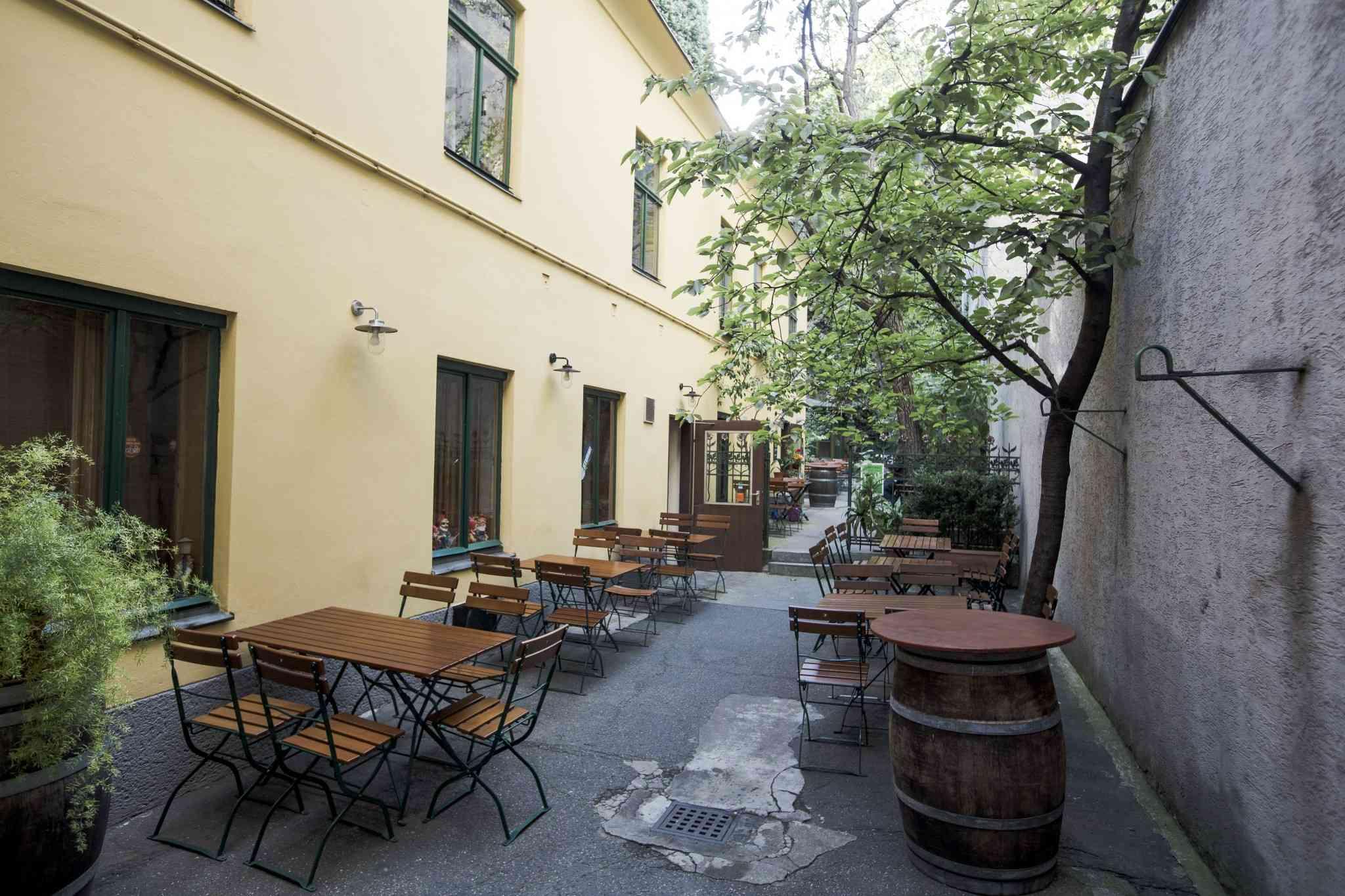 """Unerwartet: Mitten in der Stadt findet sich die """"Weinstube Josefstadt"""" mit einem gemütlichen Gastgarten."""