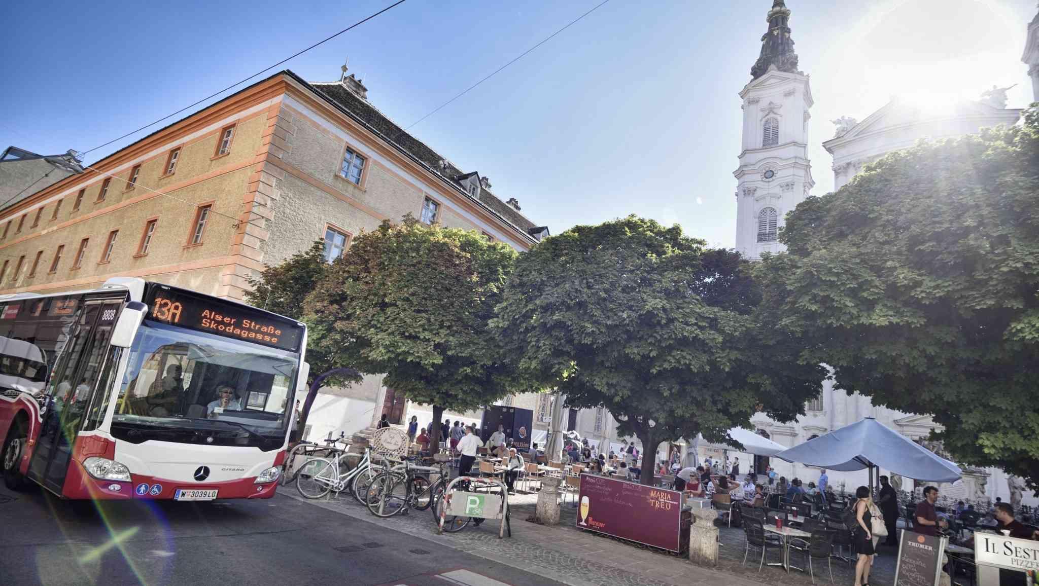 Auf den Piaristenplatz locken gute Gastronomie und Kultur