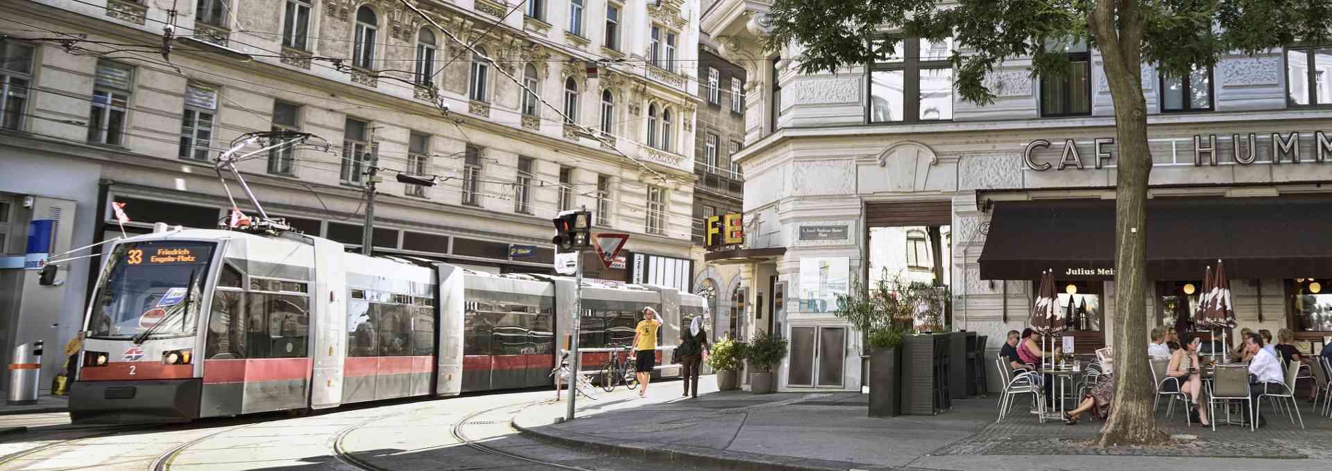 Linie 33 beim Café Hummel in der Josefstadt