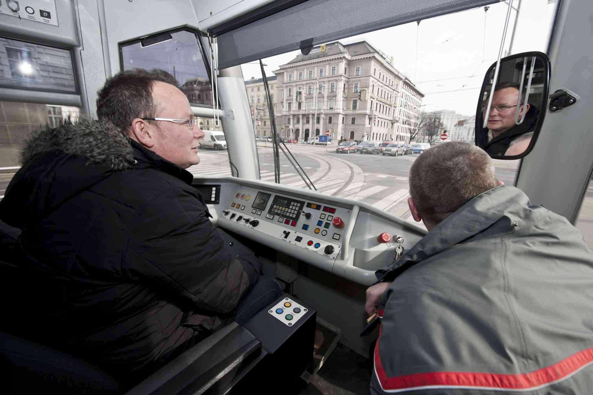 Mit der Straßenbahn kann man keinen Millimeter ausweichen. Das wird den FahrschullehrerInnen erst richtig bewusst.