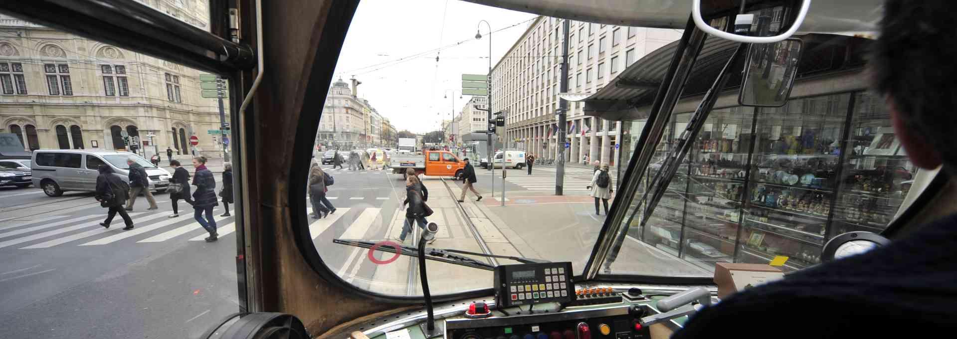 Wir bieten angehenden FahrschullehrerInnen die Möglichkeit, einen Tag lang Straßenbahn zu fahren.