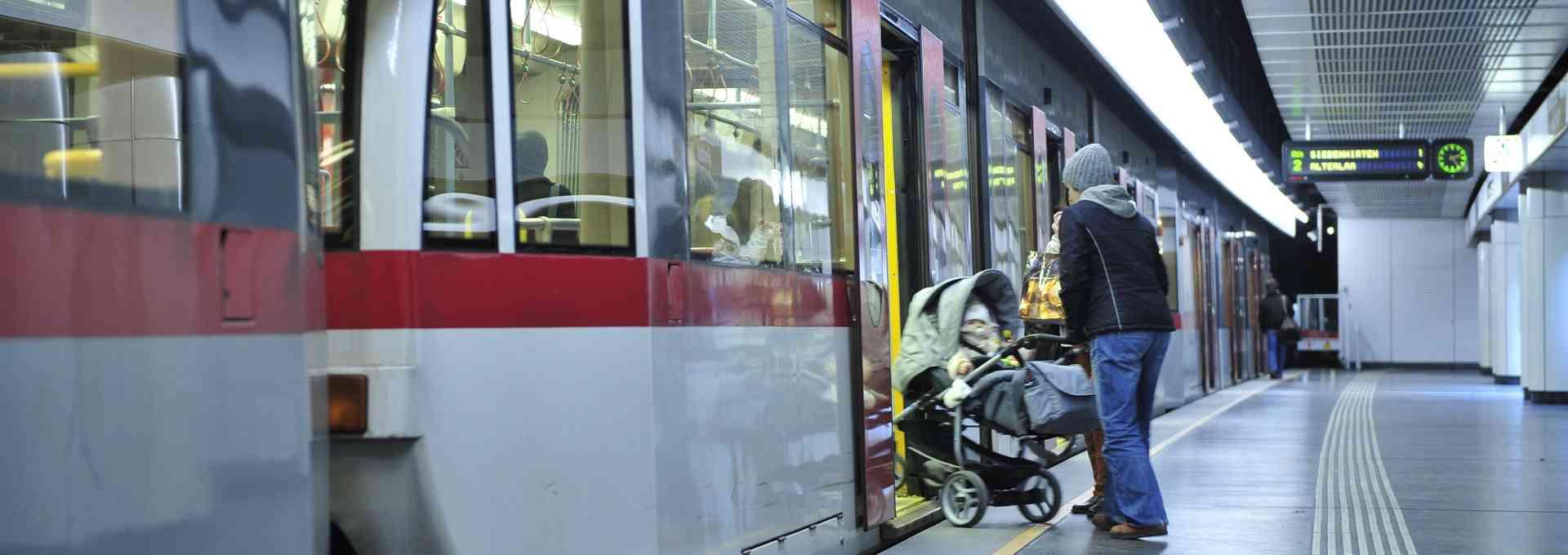 Viele Eltern mit Kinderwagen setzen auf die Öffis. Wir haben einige Tipps für sie.