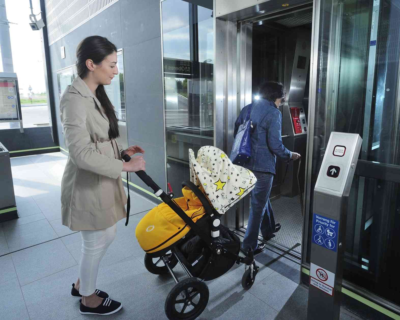 Sticker an den Aufzügen weisen darauf hin, welche Personengruppe Vorrang haben.