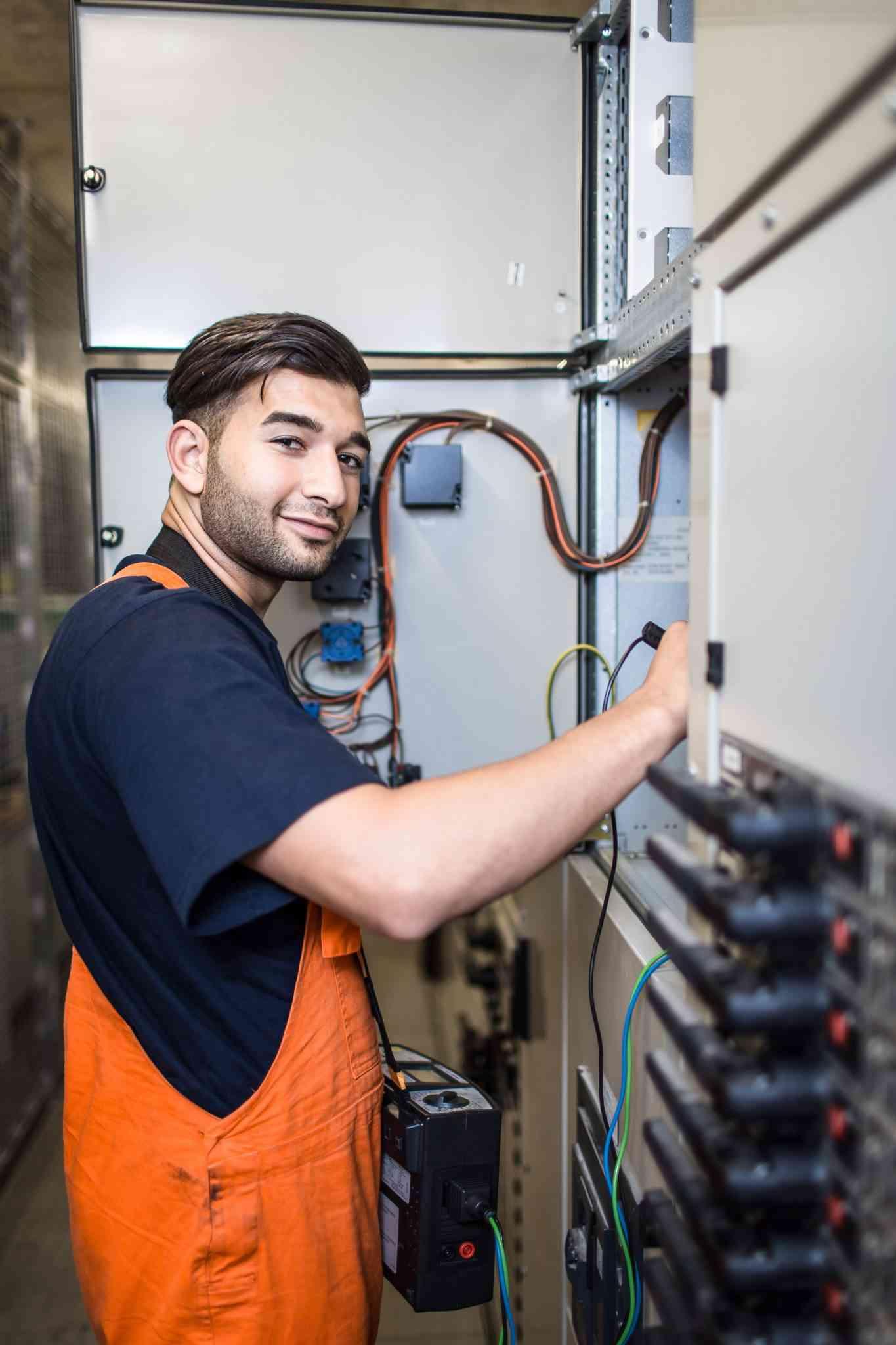 """Ali Celik, Lehrling für Elektroenergietechnik - """"Was würden die Menschen in der Stadt ohne Strom machen?"""", dachte sich Ali Celik und hat sich bei uns als Lehrling für Elektroenergietechnik beworben. Nun steht bald seine Lehrabschlussprüfung an. Als Elektroenergietechniker ist der 20-Jährige für die technische Infrastruktur zuständig – beispielsweise in U-Bahnstationen oder für die Oberleitungen der Straßenbahn wie auch die Straßenbahnweichen. """"Es macht sehr viel Spaß, es ist wie eine Familie. Jeder ist für den anderen da"""", sagt Celik. Dienstbeginn ist um sieben Uhr morgens. """"Da trinkt man schnell einen Kaffee und es geht schon los. Wir machen dann unter anderem Wartungen an den U-Bahnstationen, beheben Störungen oder kontrollieren Sicherungsmaßnahmen. Es ist sehr abwechslungsreich."""" (Quelle: Wiener Vielfalt, Text: Alexandra Laubner, Foto: Michael Mazohl)"""