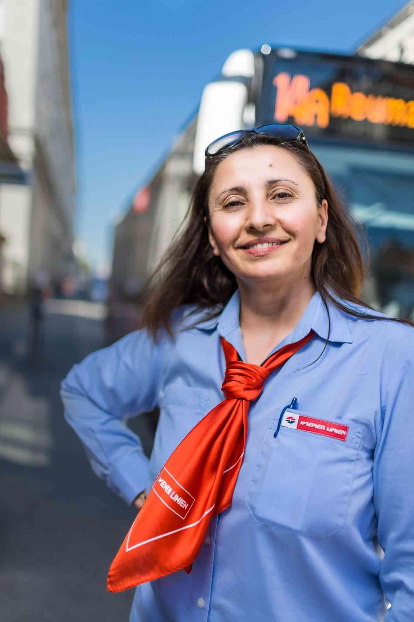 """Anica Dimitrijević, Buslenkerin - Anica Dimitrijević Lieblingsstrecke ist die Route des 13A. Sie liebt Herausforderungen. Je mehr Kurven, je mehr enge Gassen und enge Straßen es zu bewältigen gibt, desto besser. Dimitrijević ist eine von unseren rund 50 Buslenkerinnen und seit fünf Jahren bei den Wiener Linien tätig. Andere verwundert ihre Berufswahl oft. """"Bevor ich mich bei den Wiener Linien beworben habe, war ich Fahrlehrerin. Den einzigen Führerschein, den ich noch nicht hatte, war jener für den Bus. Und das hat mich gereizt"""", erzählt die lebenslustige Wienerin. (Quelle: Wiener Vielfalt, Text: Alexandra Laubner, Foto: Michael Mazohl)"""