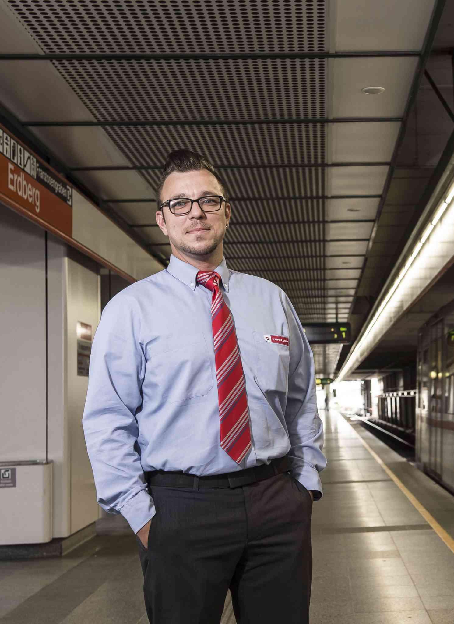 """Jürgen Lutz, U-Bahn-Fahrer - Bekannt bei unseren Fahrgästen wurde Jürgen Lutz mit seinen freundlichen Durchsagen. Seit Sommer 2015 ist er in unserem Netz unterwegs. Der Job als U-Bahn-FahrerIn ist eine große Verantwortung. """"Ich habe schon noch sehr großen Respekt. Ein Beispiel ist das Donauinselfest. Da ist der gesamte Bahnsteig komplett schwarz vor Menschen, du siehst nur Köpfe. Da musst du echt sehr aufpassen und du musst dich auf alle KollegInnen verlassen können. Aber es gibt auch immer wieder Lob von den Fahrgästen für die Organisation"""", erklärt Lutz. Neben Verantwortung für Fahrgäste ist Freundlichkeit oberstes Gebot. """"Jeder, der sich im öffentlichen Leben bewegt, also echt jeder, muss da was beitragen. Wir sind 1,8 Millionen Menschen, das geht sonst einfach nicht."""""""