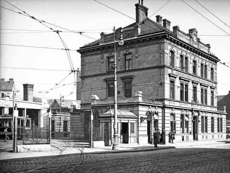 Der Betriebsbahnhof Breitensee beherbergte ab 1873 die Pferde für die Pferdetramway. Ab 1885 wurden hier die Dampfloks angeheizt, bevor 1903 die ersten Straßenbahnen einzogen. Im Oktober 2006 wurde die Remise geschlossen und ist heute ein Wohnbau mit angeschlossenem Supermarkt und Kindergarten.