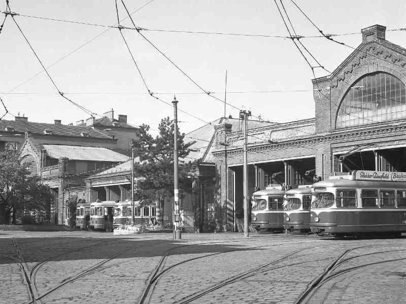 In der Kreuzgasse in Währing wurde die Remise ebenfalls von einem Supermarkt ersetzt. Nach Errichtung des Gebäudes zogen hier 1883 erstmal Pferde ein, die 1902 von den Straßenbahnen abgelöst wurden. 1993 wurde die Remise geschlossen.