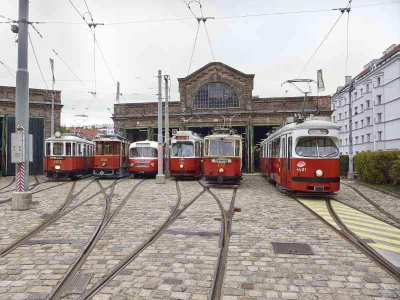 """Der Bahnhof Erdberg ist vielen als """"Remise"""", dem Verkehrsmuseum der Wiener Linien, bekannt. Das denkmalgeschützte Gebäude gibt es aber schon seit 1901. Später zog das Straßenbahnmuseum ein. Nach einer zweijährigen Neugestaltung der Ausstellung fand die Neueröffnung des Museums im Herbst 2014 statt."""