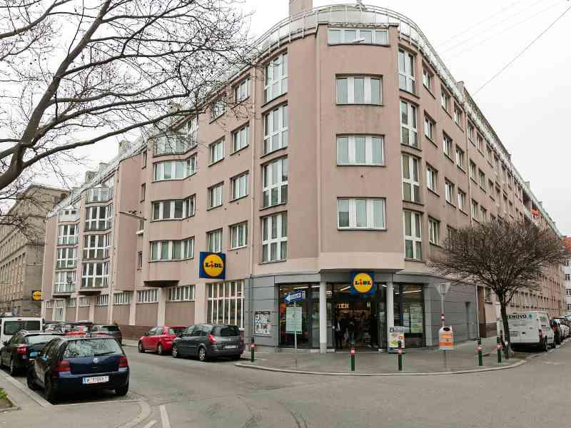 Die Autobusgarage in der Schanzstraße, im 15. Bezirk, eröffnete 1929 und wurde bis 1982 genutzt. Das Betriebsgebäude wurde danach abgerissen und durch eine städtische Wohnhausanlage ersetzt.