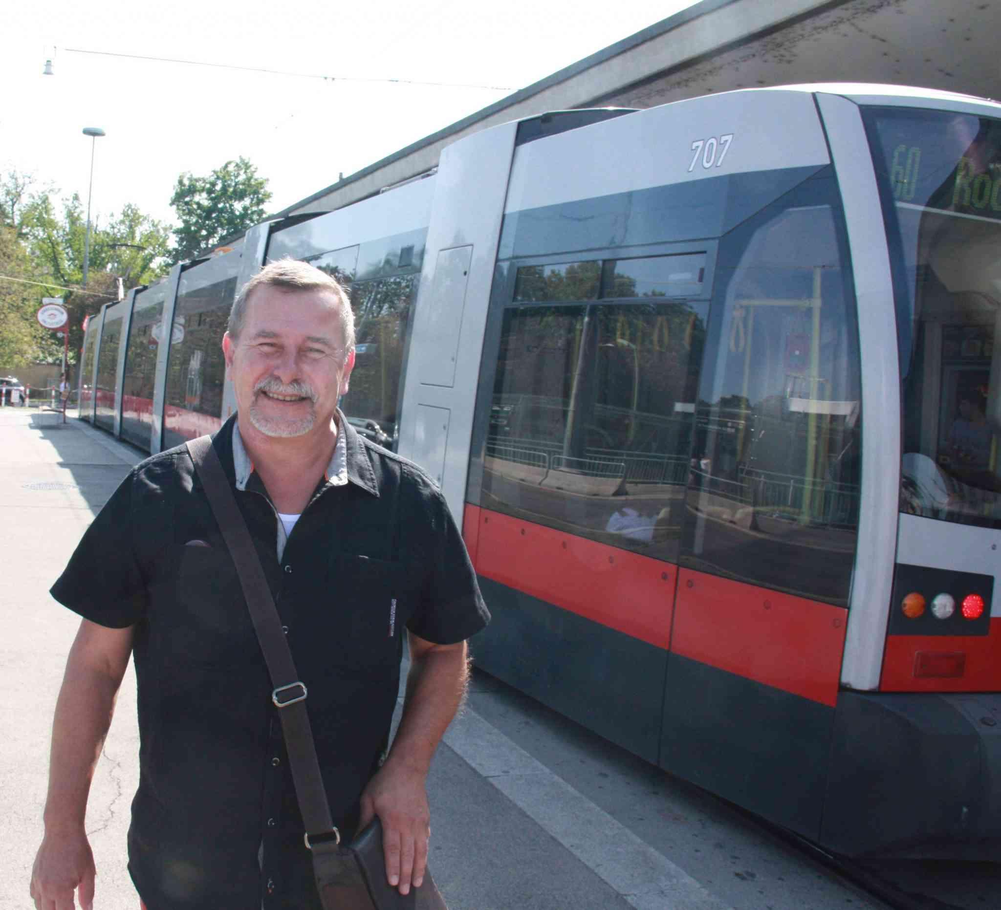 Franz Schebeck ist mit seinen KollegInnen für die Fahrgastinformation zuständig.