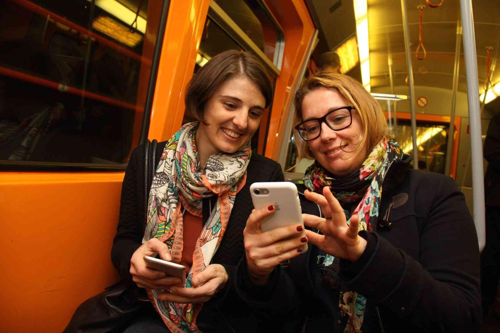 Handynutzung in der U-Bahn ist heute selbstverständlich