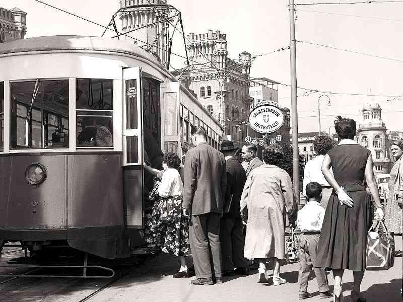 """Fahrgäste steigen in einen """"Amerikaner"""" bei der Station Schottenring im Jahr 1958."""