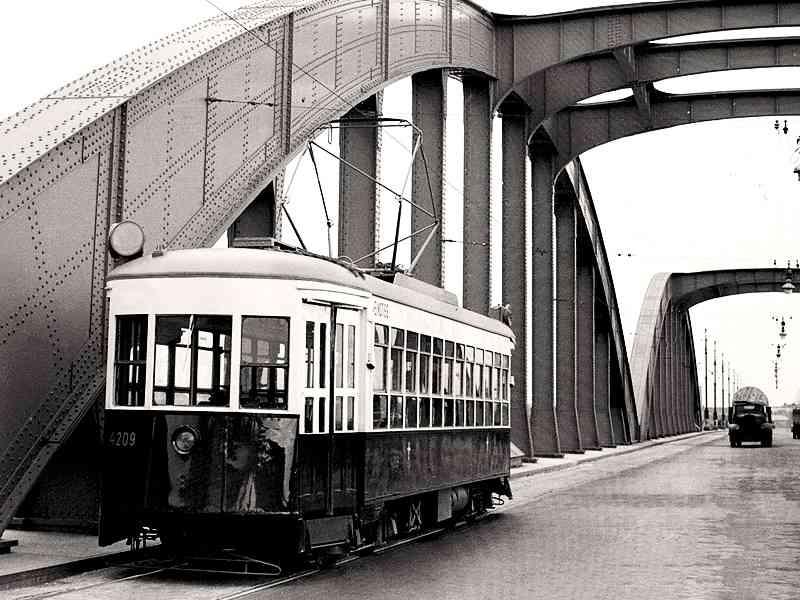 """""""Amerikaner"""" auf der Floridsdorfer Brücke, Mai 1950. Die Floridsdorfer Brücke hieß vom April 1946 bis 18. Juli 1956 Malinowski Brücke. Sie wurde nach dem sowjetischen Marshall Malinowski benannt."""