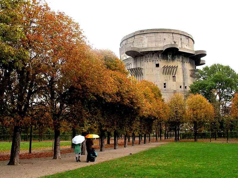 Der Gefechtsturm ist der höchste aller Flaktürme Wiens und der einzige, der nach dem Krieg schwer beschädigt wurde.