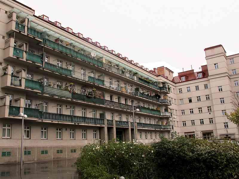 Blick in den Friedrich-Engels-Hof. Die Sonnenembleme auf den Balkonen erinnern an Stilmittel Otto Wagners.