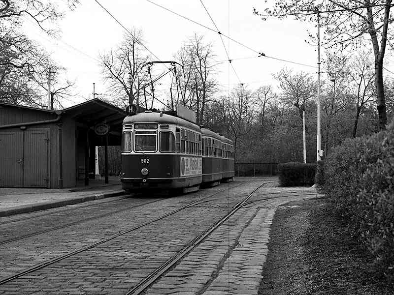 Triebwagen der ehemaligen Linie H2 im Mai 1975.  Die Linie H2 befuhr die Umkehrschleife Prater Hauptallee bis ins Jahr 1980.