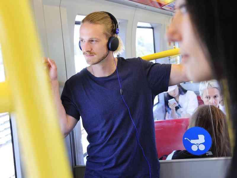 Fahrgäste unterwegs in einer U-Bahn.