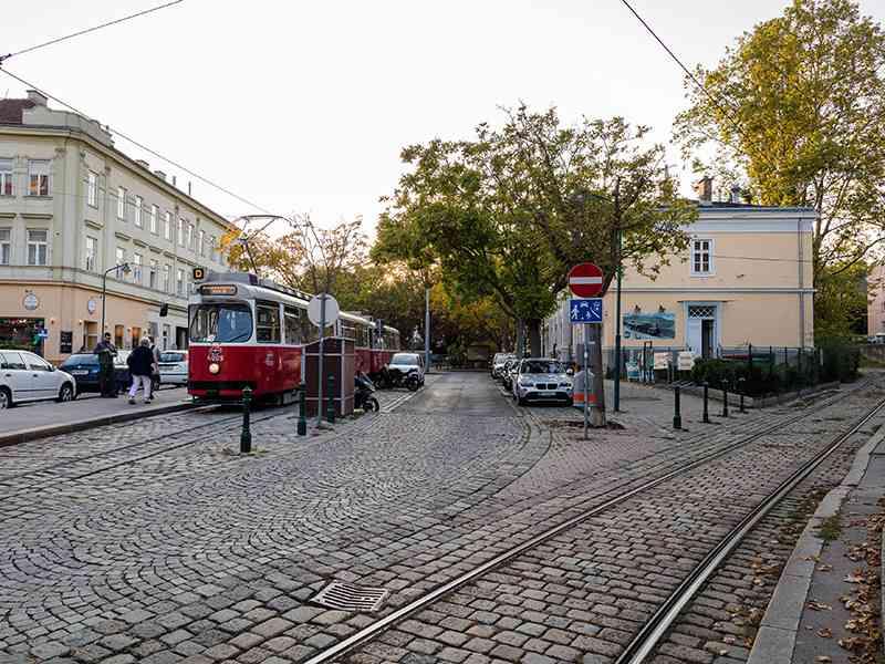 """Blick auf die Endstelle des D-Wagens. Rechts im Bild ist die """"Einkehr zur Zahnradbahn"""" zu sehen."""