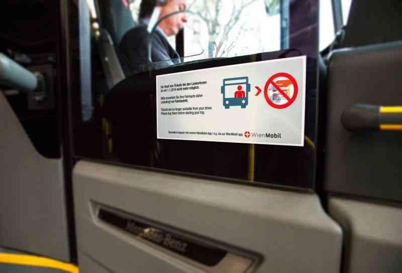 Spezielle Aufkleber im Bus weisen auf die Neuregelung beim Fahrschein-Verkauf hin.