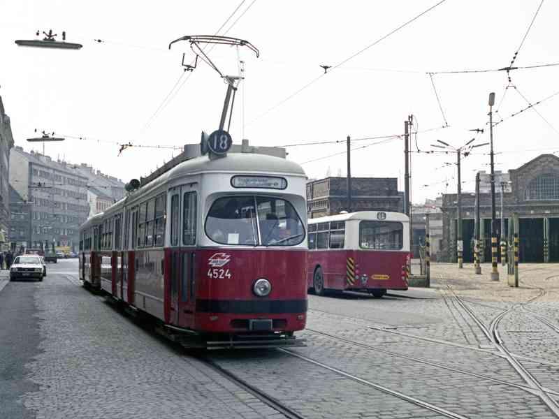 Die Linie 18 vor der Remise in Erdberg. Heute ist hier das Verkehrsmuseum der Wiener Linien.