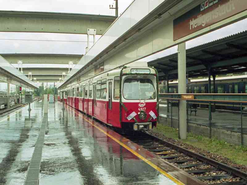 In der Station Heiligenstadt steht im Oktober 1989 der Zug für die Eröffnungsfahrt der Strecke Gumpendorferstraße bis Philadelphiabrücke bereit.