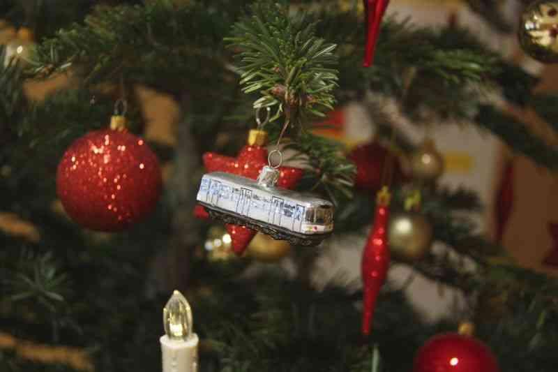 Bus, Bim und U-Bahn gibt es auch als Deko für den Weihnachtsbaum.
