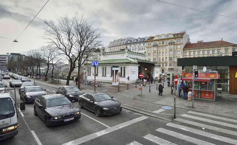 Das denkmalgeschützte Otto-Wagner-Gebäude bleibt selbstverständlich erhalten. Zu Stadtbahnzeiten wurde allerdings noch kleiner gedacht. Deshalb werden daneben zusätzlich Rolltreppen direkt zur U2 führen.