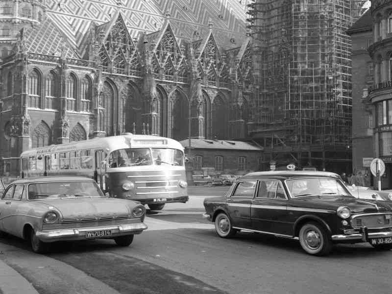 1961 waren Busse und Autos noch auf dem Stephansplatz unterwegs.