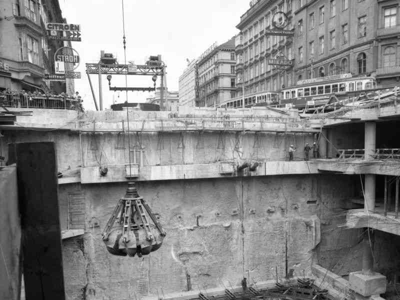 Metertiefe Baustelle am Karlsplatz.