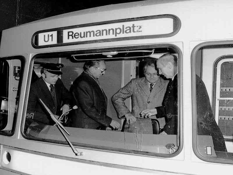 Gedränge im 1. Silberpfeil: Auch Bundespräsident Kirchschläger war im Cockpit dabei.