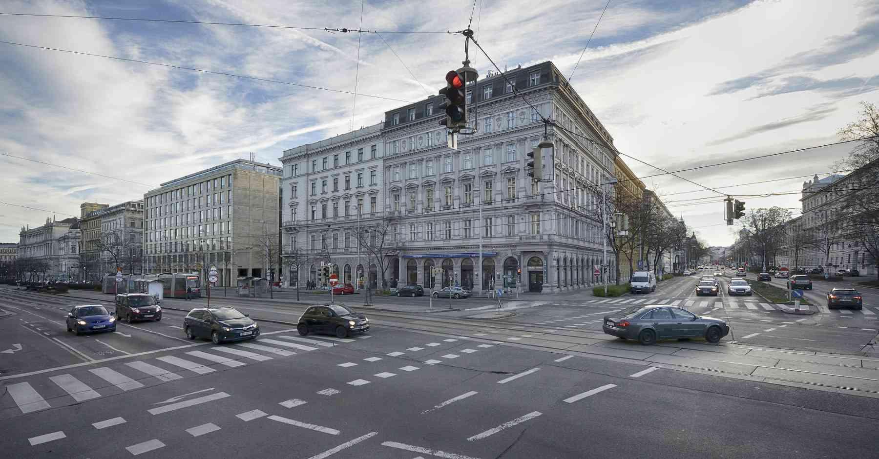 Über den Aufgang auf der Straßenseite des NIG (Neues Institutsgebäude) gelangt man zu den Straßenbahnlinien 43 und 44.