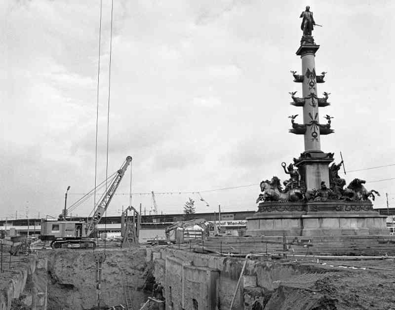 Der Bau der U1 vor dem historischen Tegetthoff-Denkmal am Praterstern.
