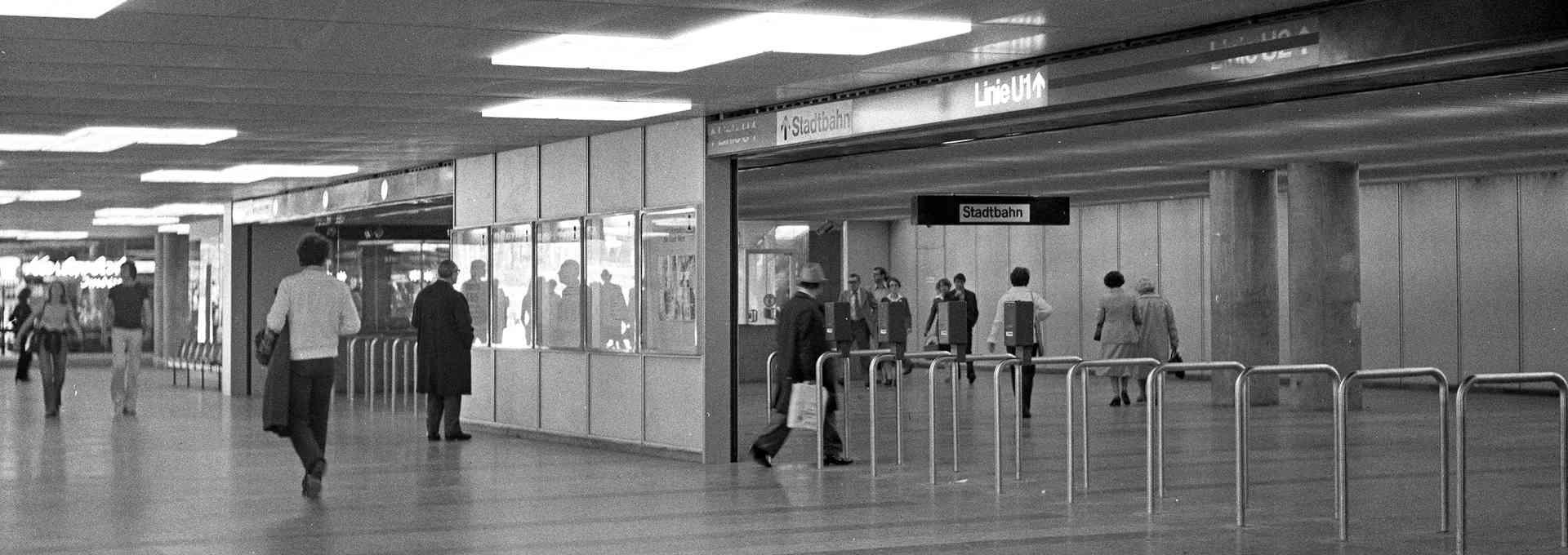Heute tummeln sich mehr Leute in der Passage am Karlsplatz als damals.